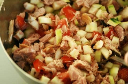 mélange de petits légumes et thon
