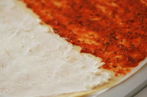 pâte étalée et séparée avec fromage et tomate