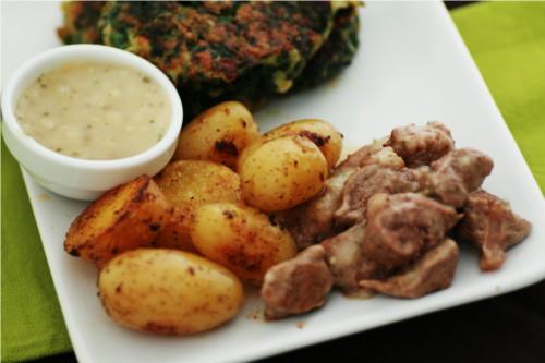 galette, pommes de terre, agneau et sauce au poivre
