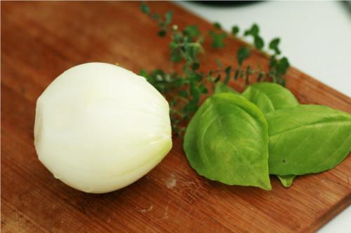 oignon, basilic et thym