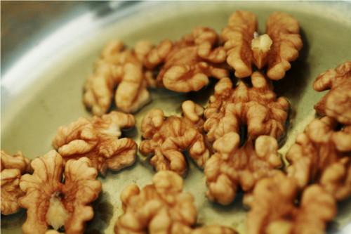 noix dans casserole avec sirop d'agave et eau