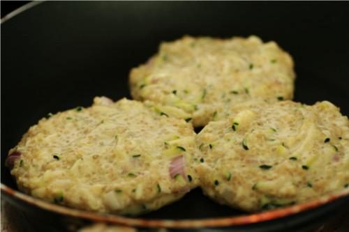 galettes de quinoa qui cuisent
