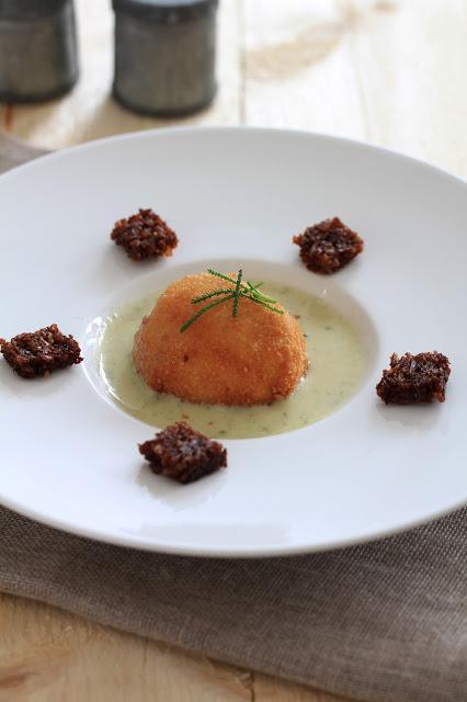 oeuf poché pané sauce roquefort