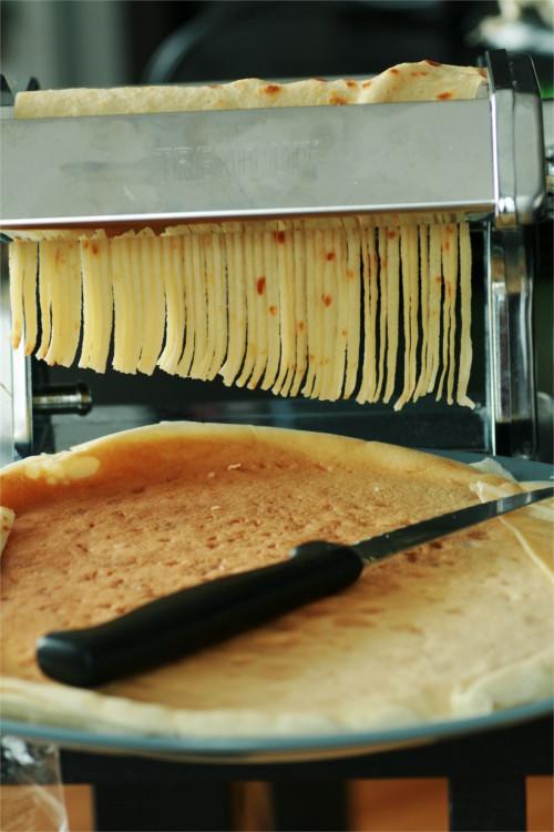 crêpes coupées en lanières avec la machine à pâtes