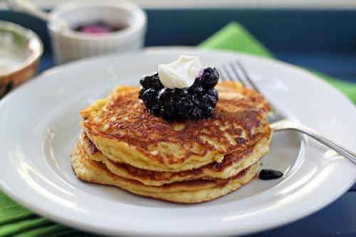 pancakes noix banane et confiture de myrtilles