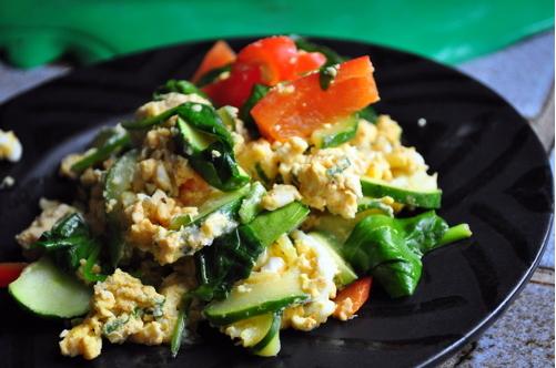 oeufs brouillés et légumes