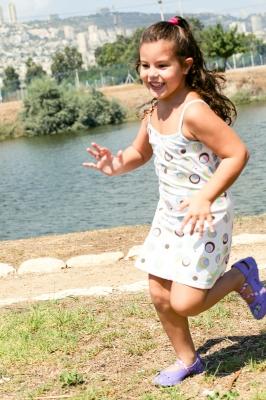 petite fille qui court