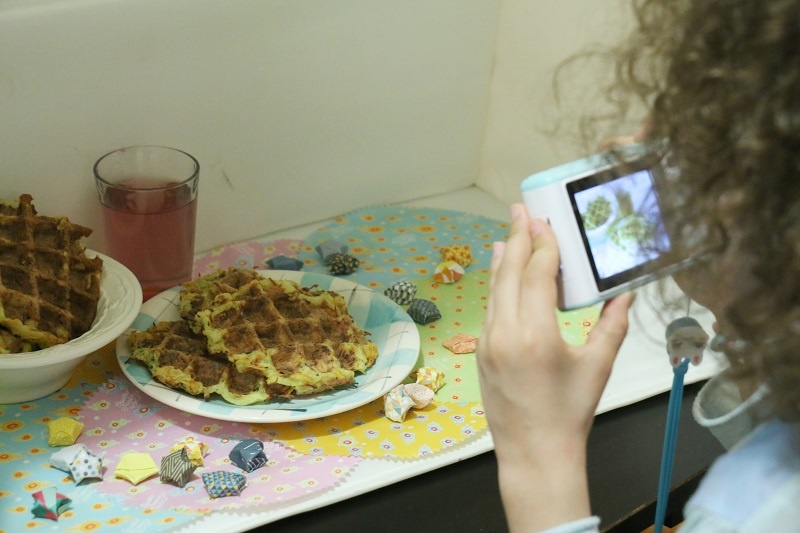 Ma fille prenant une photo culinaire