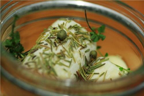 bouchon de chevre parsemé d'herbe et poivre