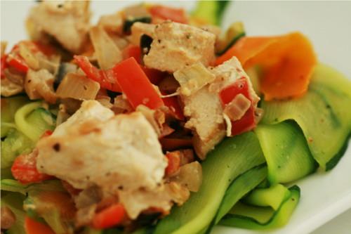 tagliatelle de légumes au poulet, tofu et sauce légumes