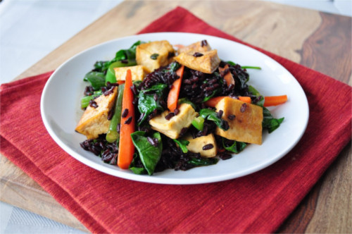 tofu frit, épinard et riz complet végétarien