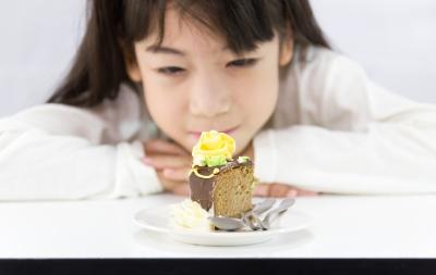 petite fille devant gâteau